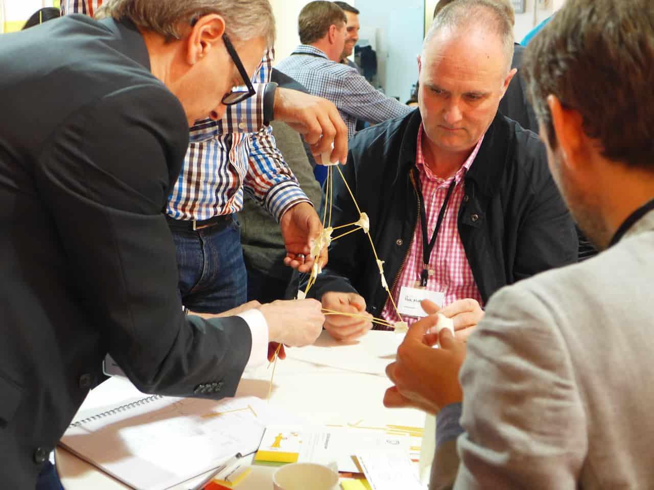 Teilnehmer eines Design Thinking Workshops lernen andere agile Methoden in der Praxis kennen